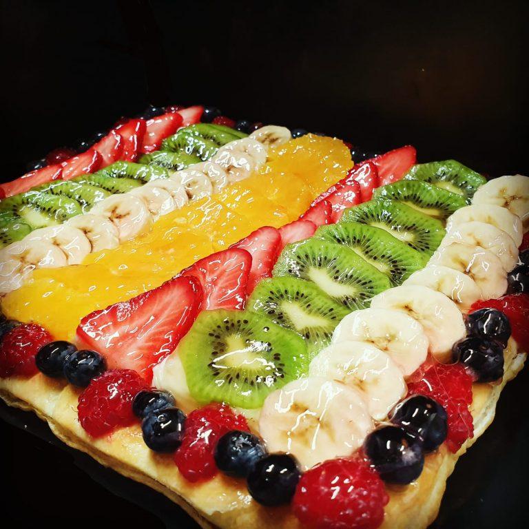 Pasta de full amb crema pastissera i fruita fresca